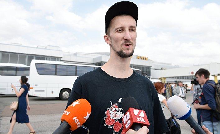 Гражданин Украины Александр Кольченко общается с журналистами
