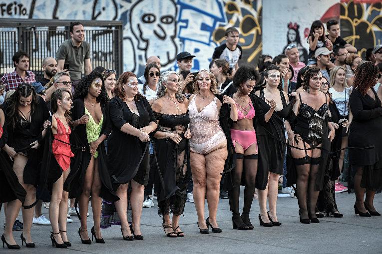 Модели во время мероприятия All Sizes Catwalk в Париже