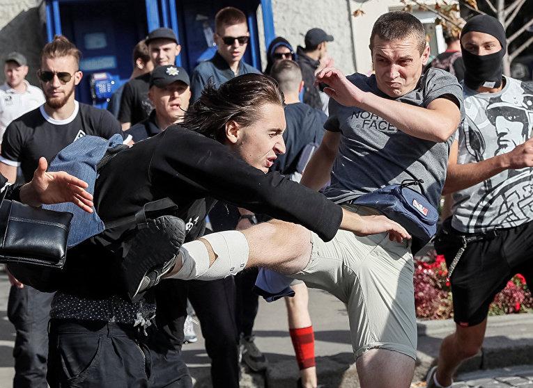 Драка сторонников ЛГБТ-сообщества и их противников в Харькове