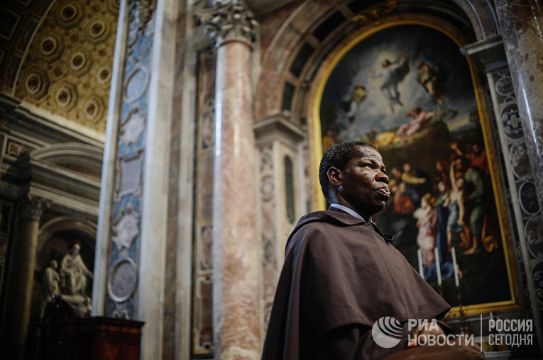 """Монах во время торжественной мессы """"Об избираемом Папе Римском"""" в Ватикане"""