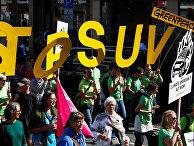 Активисты Greenpeace на акции протеста во время Франкфуртского автосалона
