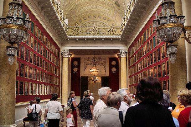 Посетители музея Эрмитаж в Санкт-Петербурге