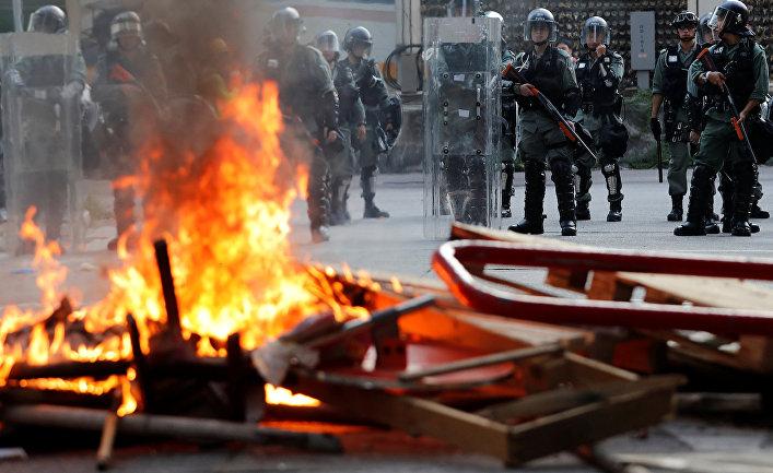 Спецназ во время акция протеста в Гонконге