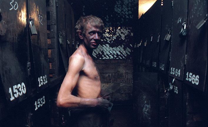 Шахтер после рабочей смены в шахте. Кемеровская область
