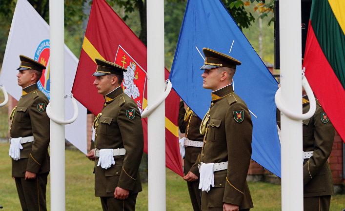 Солдаты во время церемонии в Вильнюсе, Литва