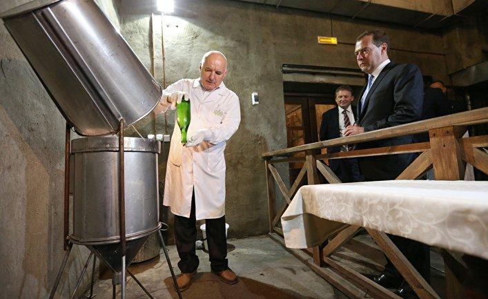 Председатель правительства России Дмитрий Медведев знакомится с процессом производства игристых вин