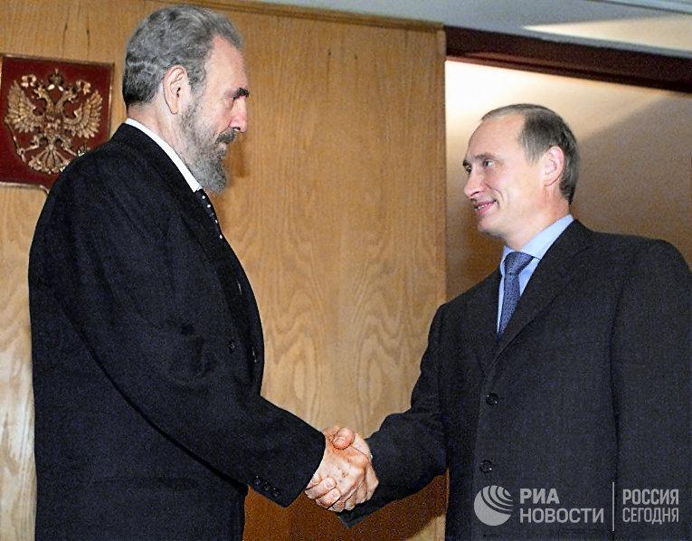 Президент РФ Владимир Путин во время встречи с кубинским лидером Фиделем Кастро