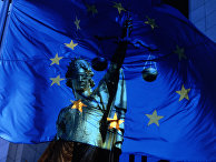 Флаг Евросоюза и богиня правосудия Фемида