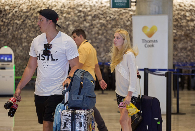 Пассажиры туристической фирмы Thomas Cook в международном аэропорту Пунта-Кана в Доминиканской Республике