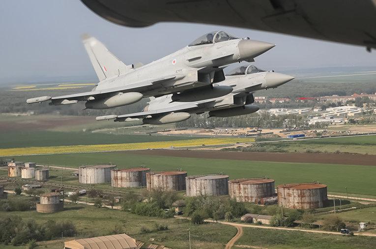Истребители над авиабазой Михаила Когальничану на востоке Румынии