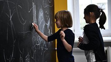 Ученики школы No 1536 рисуют мелом на доске