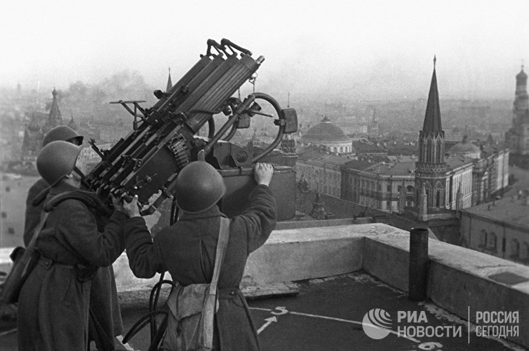 Советские зенитчики на крыше гостиницы «Москва»