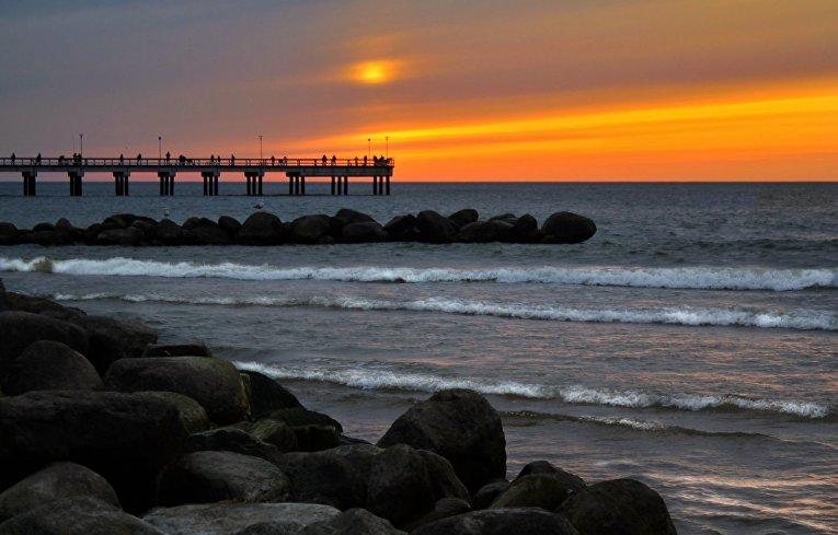Закат на пляже в Литве