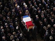 Гроб с телом покойного президента Франции Жака Ширака в церкви Сен-Сюльпис в Париже