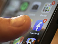 Приложение Facebook на экране смартфона