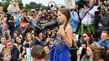 Грета Тунберг выступает на климатическом протесте у Белого дома в Вашингтоне
