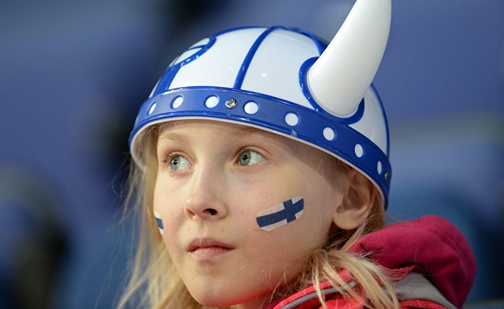 Болельщица сборной Финляндии во время матча группового этапа Чемпионата мира по хоккею с шайбой