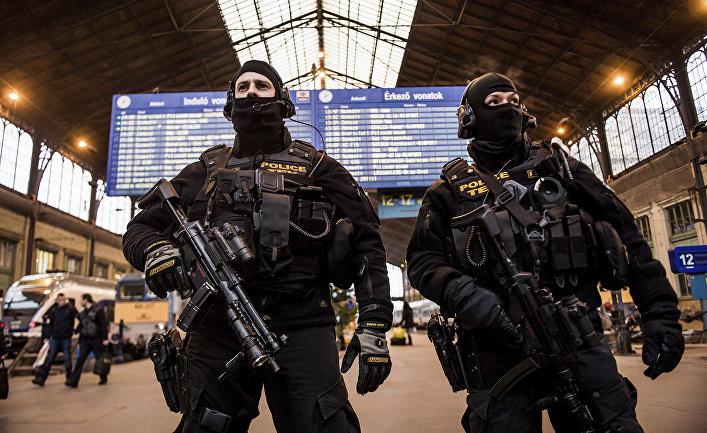 Сотрудники полиции на вокзале в Будапеште, Венгрия