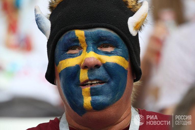 Болельщик сборной Швеции перед началом матча 1/4 финала чемпионата мира по футболу