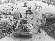 Танки идут на фронт по Международному проспекту блокадного Ленинграда