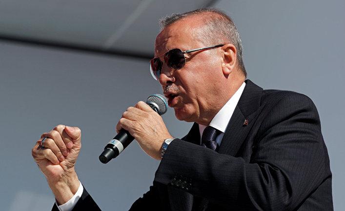 Президент Турции Тайип Эрдоган выступает перед сторонниками в Стамбуле
