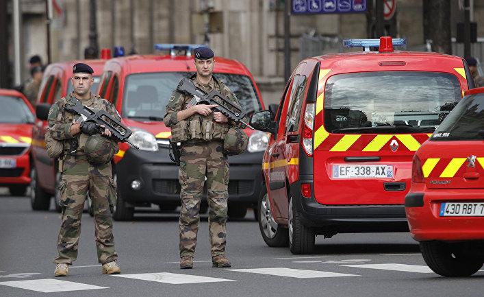 Французские солдаты возле парижской префектуры полиции