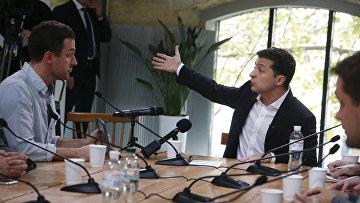Президент Украины Владимир Зеленский общается с журналистами в Киеве