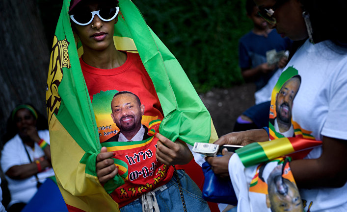 Девушка в футболке с портретом премьер-министра Эфиопии Абия Ахмеда