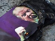 Портрет президента США Дональда Трампа, который подожгли участники акции протеста