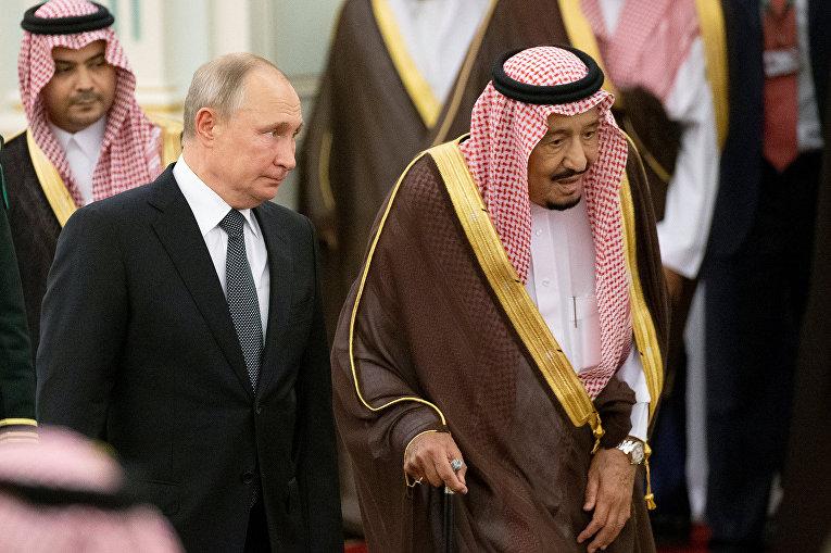 Президент России Владимир Путин и король Саудовской Аравии Салман ибн Абдул-Азиз Аль Сауд во время официальной церемонии