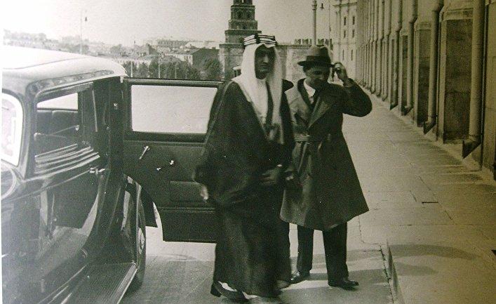 К. А. Хакимов сопровождает будущего короля Аравии Фейсала ибн Абдель Азиза ас-Сауда