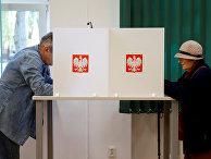 Голосование во время парламентских выборов на избирательном участке в Варшаве, Польша