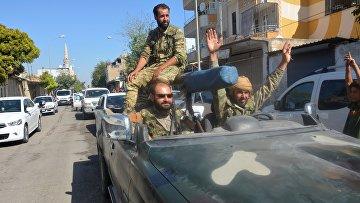 Бойцы Свободной Сирийской армии в районе Акчакале на турецко-сирийской границе