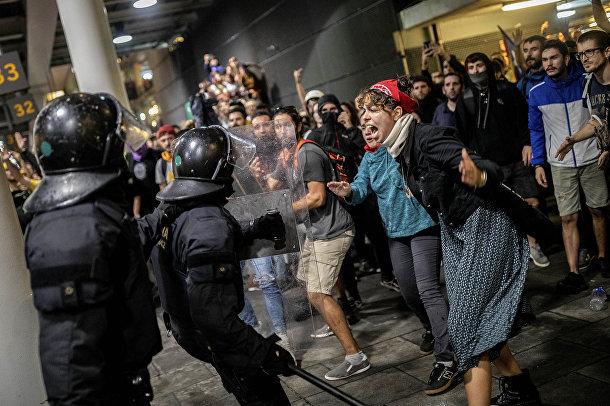 Полиция во время столкновений с протестующими в аэропорту Эль-Прат на окраине Барселоны