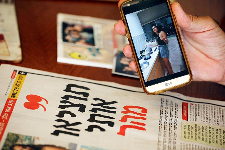Фотография Наамы Иссахар на мобильном телефоне