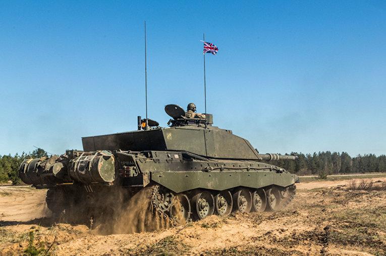 Британский танк во время учений в Эстонии