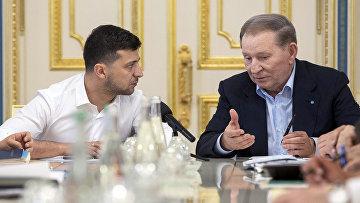 Президент Украины Владимир Зеленский и бывший президент Украины Леонид Кучма во время их встречи в Киеве