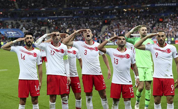 Игроки турецкой сборной по футболу во время отборочного футбольного матча Euro 2020