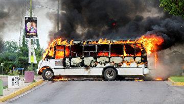 Автобус, подожженный боевиками картеля в Кульякане, штат Синалоа, Мексика