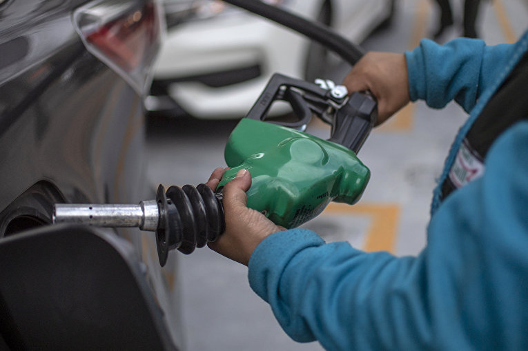 Заправка автомобиля на заправочной станции Pemex в Мехико