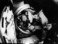 17 июля 1975. Советский космонавт Алексей Леонов и американский астронавт Томас Стэффорд пожимают друг другу руки