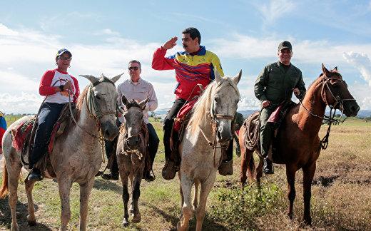 Президент Венесуэлы Николас Мадуро с министром обороны Падрино Лопесом верхом на лошадях в штате Кохедес