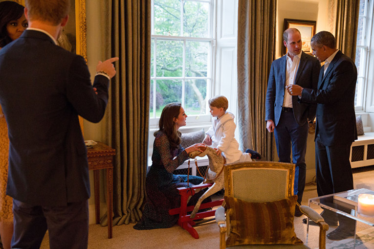Британский принц Джордж играет на лошади-качалке со своей матерью Кэтрин, герцогиней Кембриджской в Кенсингтонском дворце в Лондоне