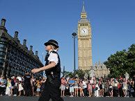 Люди на площади у здания Парламента в Лондоне