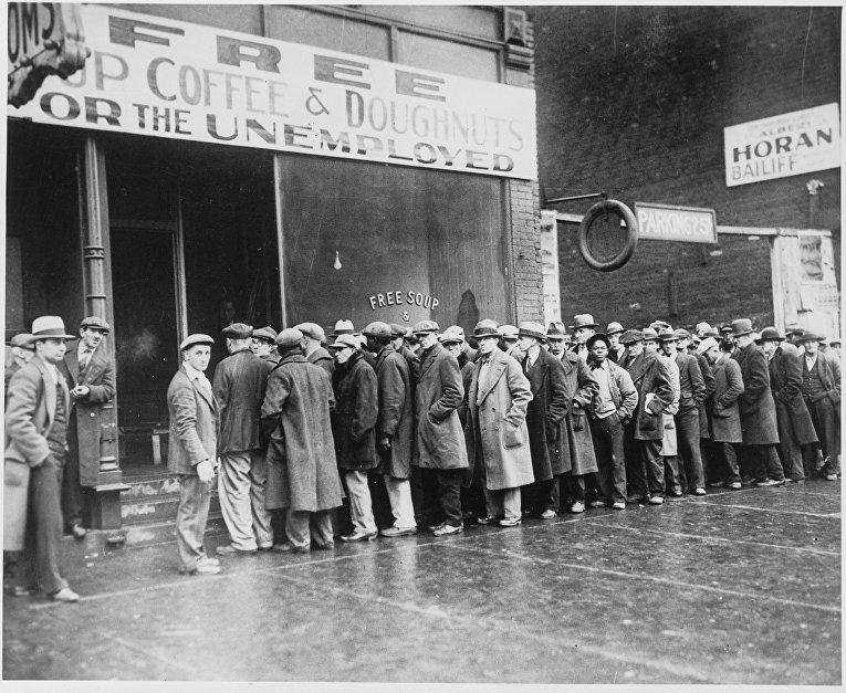 Безработные мужчины у бесплатной столовой, открытой Аль Капоне в эпоху депрессии в Чикаго, Иллинойс, США, 1931