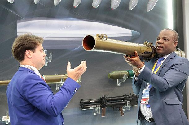 Посетитель держит российский гранатомет РПГ-29 на выставке в Сочи