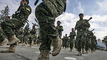Сирийские курды возле нефтяного месторождения Омар в восточной сирийской провинции Дейр-эз-Зор