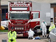 Полиция у грузовика, где были обнаружены тела в Грейсе, Эссекс, Великобритания