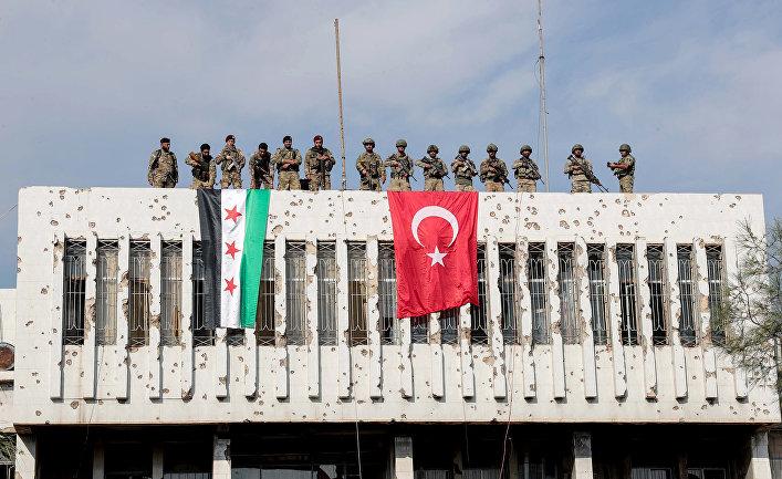 Поддерживаемые Турцией сирийские повстанцы и турецкие солдаты в пограничном городе Рас-Аль-Айн, Сирия