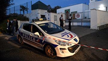 Французские полицейские перед мечетью Байонны, где два человека были ранены в результате стрельбы